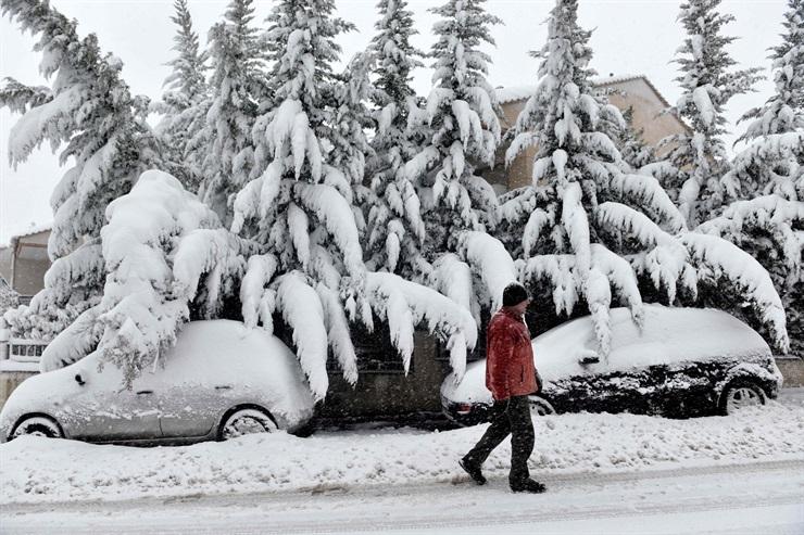 Los vehículos y la vegetación totalmente cubiertos de nieve en Hortiatis, al norte de Thessaloniki, en Grecia