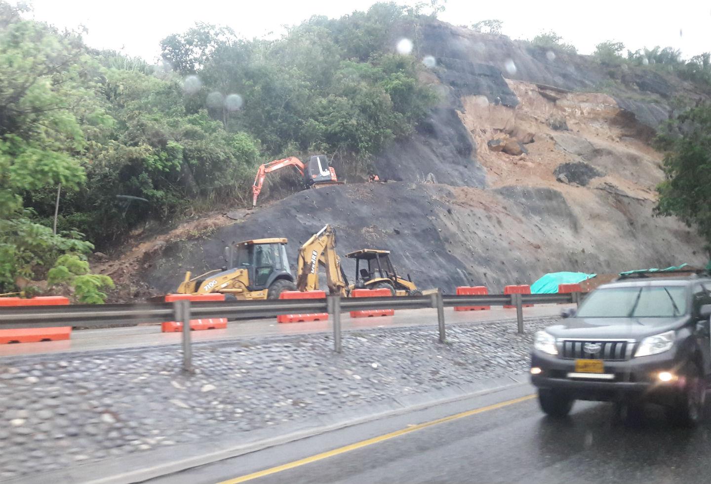 Derrumbe vía Bogotá - Girardot