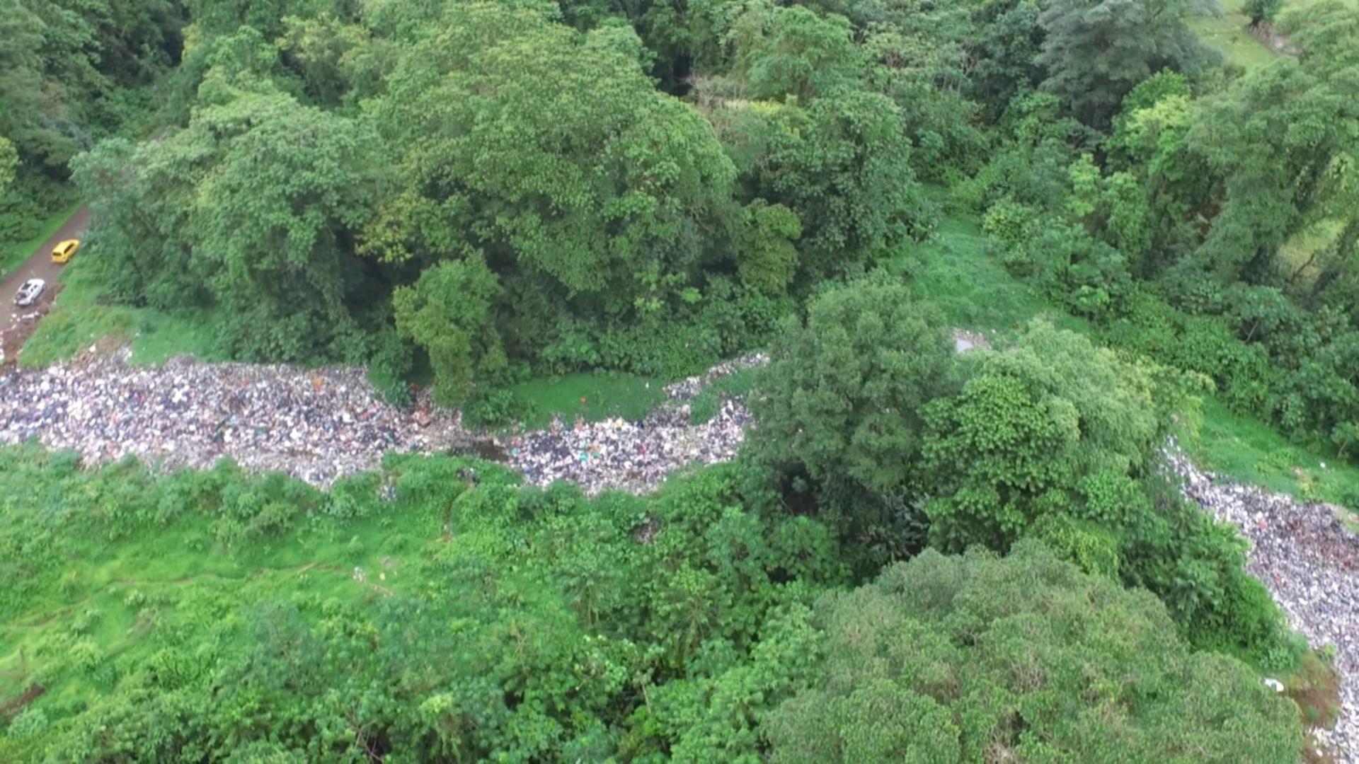 Río de basura en Bahía Solano (ONG Ekoplanet)