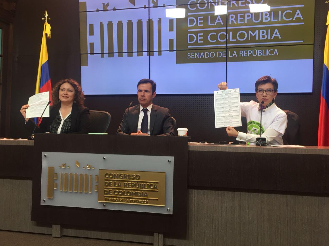 El ministro del Interior, Guillermo Rivera (cen.), la senadora Claudia López (der.) y la representante Angélica Lozano (izq.), presentando la campaña anticorrupción.
