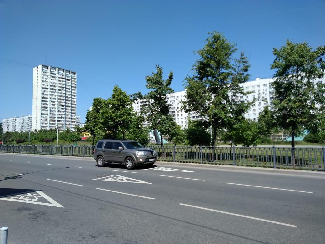 Los edificios y las avenidas se abren paso en el recorrido por el metro de Moscú.