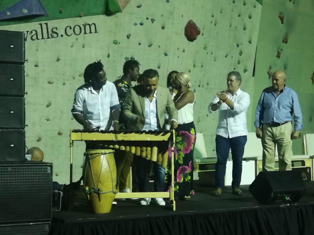 El presidente Iván Duque disfrutó de la música del pacífico con los cantantes Hugo Candelario del Grupo Bahía y Begner Vásquez de Herencia de Timbiquí.