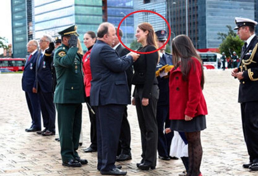 Condecoración del ministro de Defensa a la ciencióloga