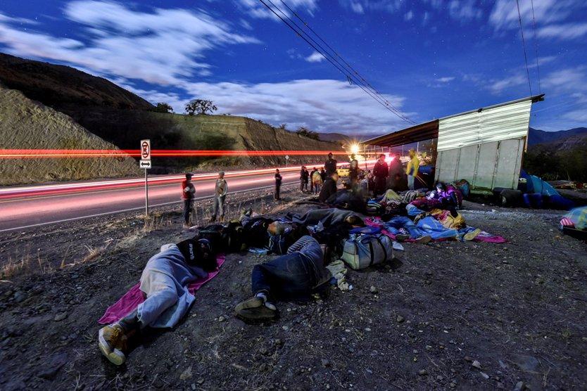 Migrantes venezolanos en la vía Panamericana.