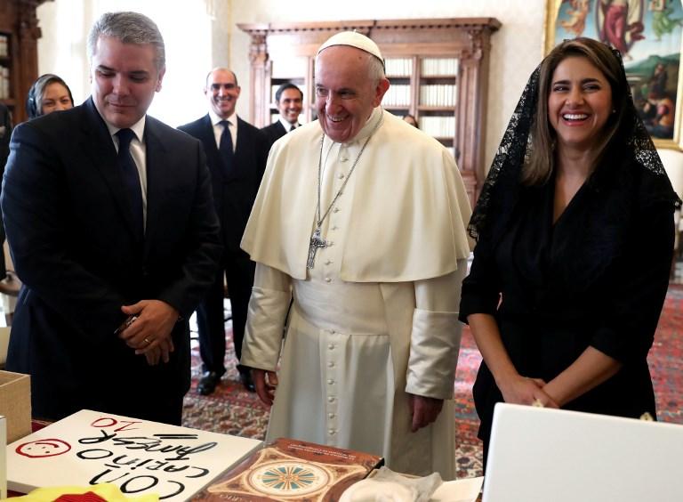 El papa Francisco entregó a Duque un medallón que representa un árbol de olivo
