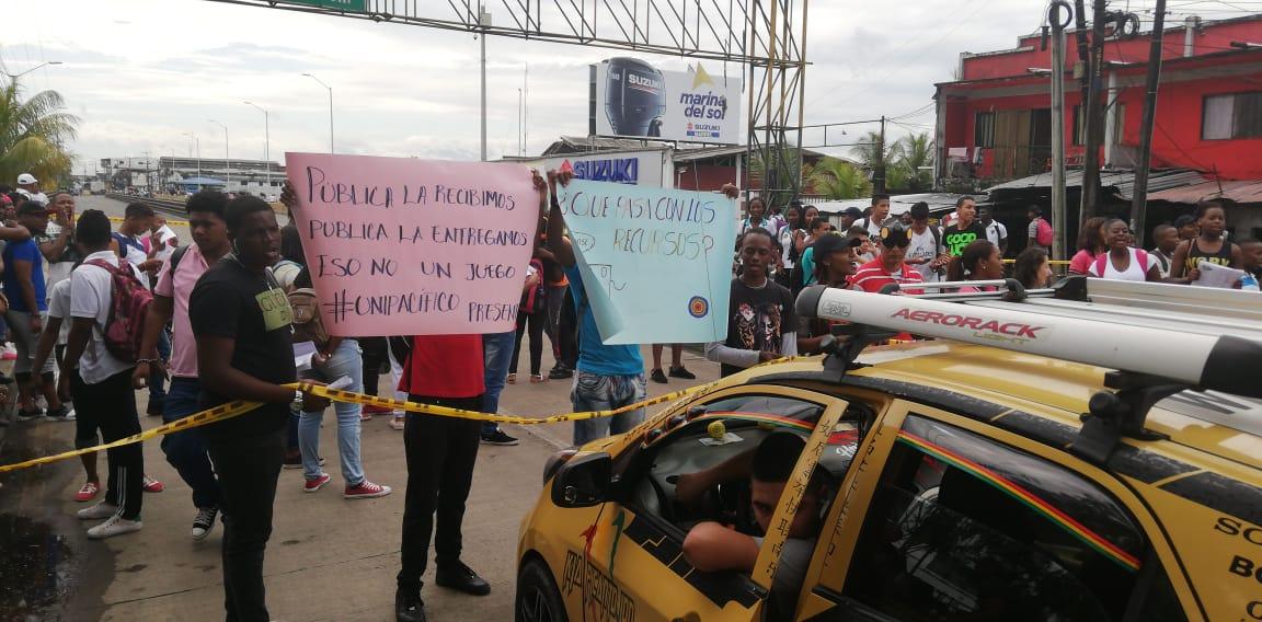 Estudiantes bloquean vía de acceso al puerto de Buenaventura.