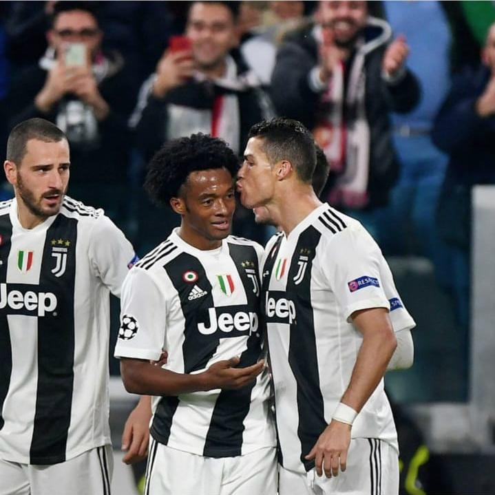 Beso de Cristiano a Cuadrado en Juventus