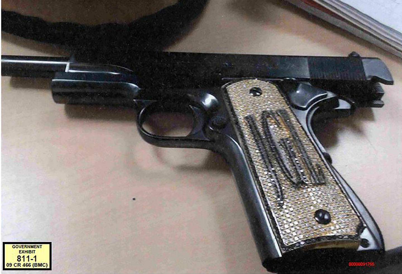 """Esta fotografía corresponde a la pistola del Chapo Guzmán con incrustaciones de diamantes en el mango y sus iniciales """"JGL""""."""