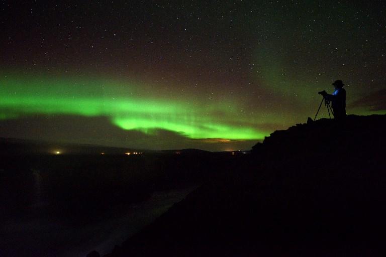 Viajar a una zona donde sea común el fenómeno de aurora boreal puede ser una experiencia única