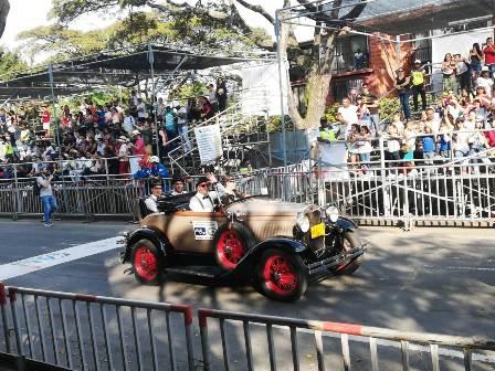 Mas 250 vehículos participaron en el desfile de la Feria de Cali.