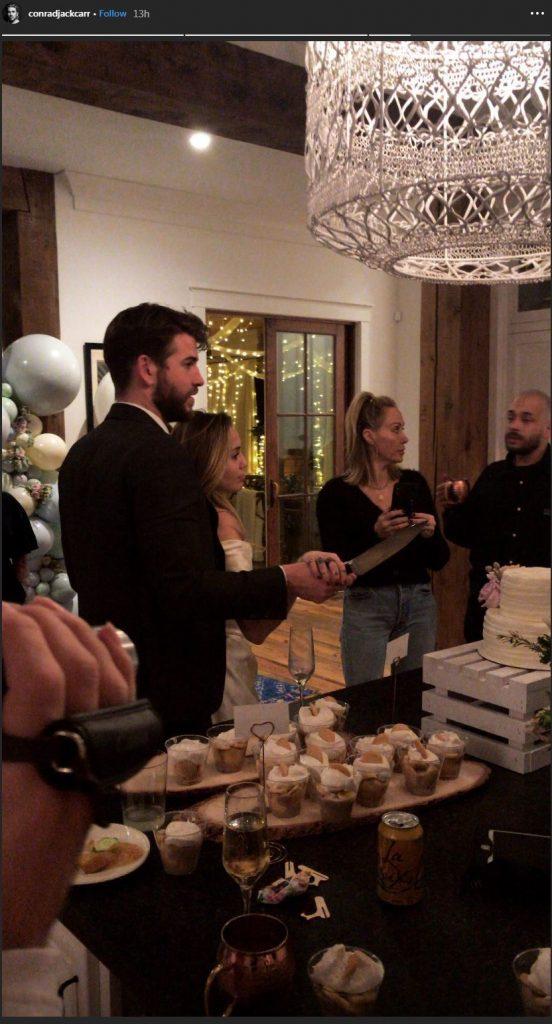 La pareja habría celebrado una ceremonia privada con amigos y familia. Liam y Miley aparecen partiendo una torta.