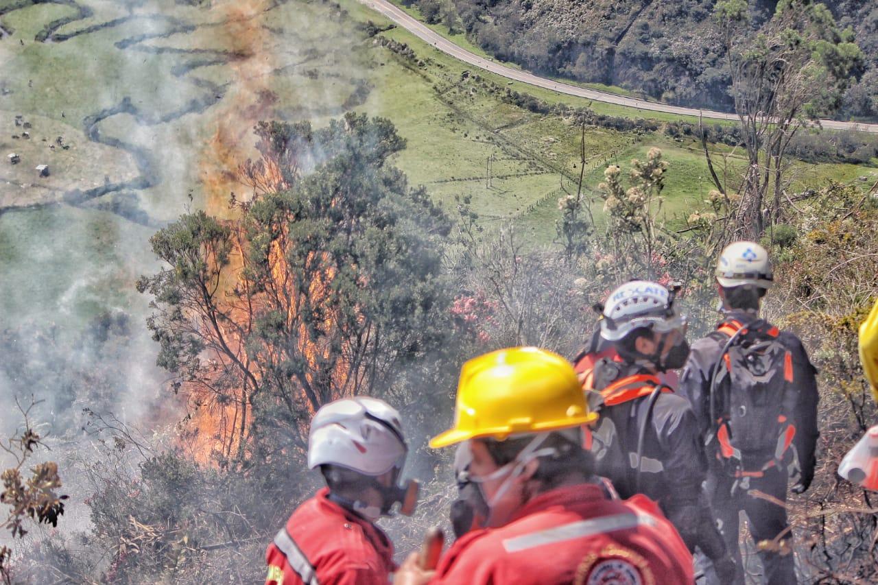 Bomberos de seis municipios trabajan en la extinción de las llamas en Cómbita (Boyacá)