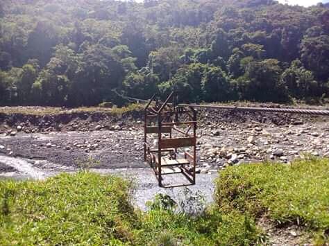 En la canasta con la que atraviesan el río Cusiana en Boyacá caben entre dos o tres personas, dependiendo su peso