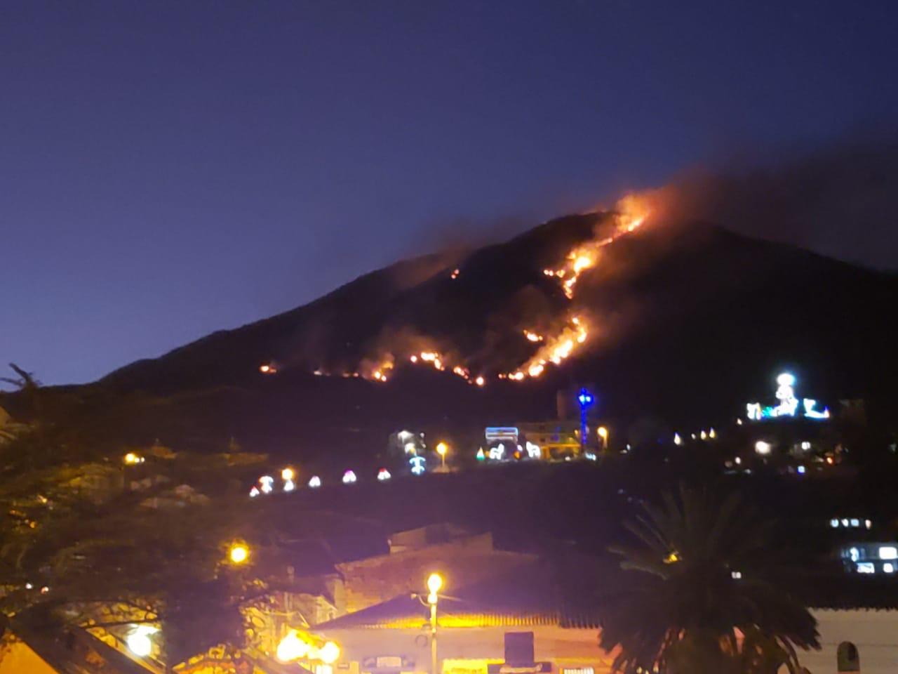 Así se ve el incendio forestal desde el casco urbano del municipio de Soatá.