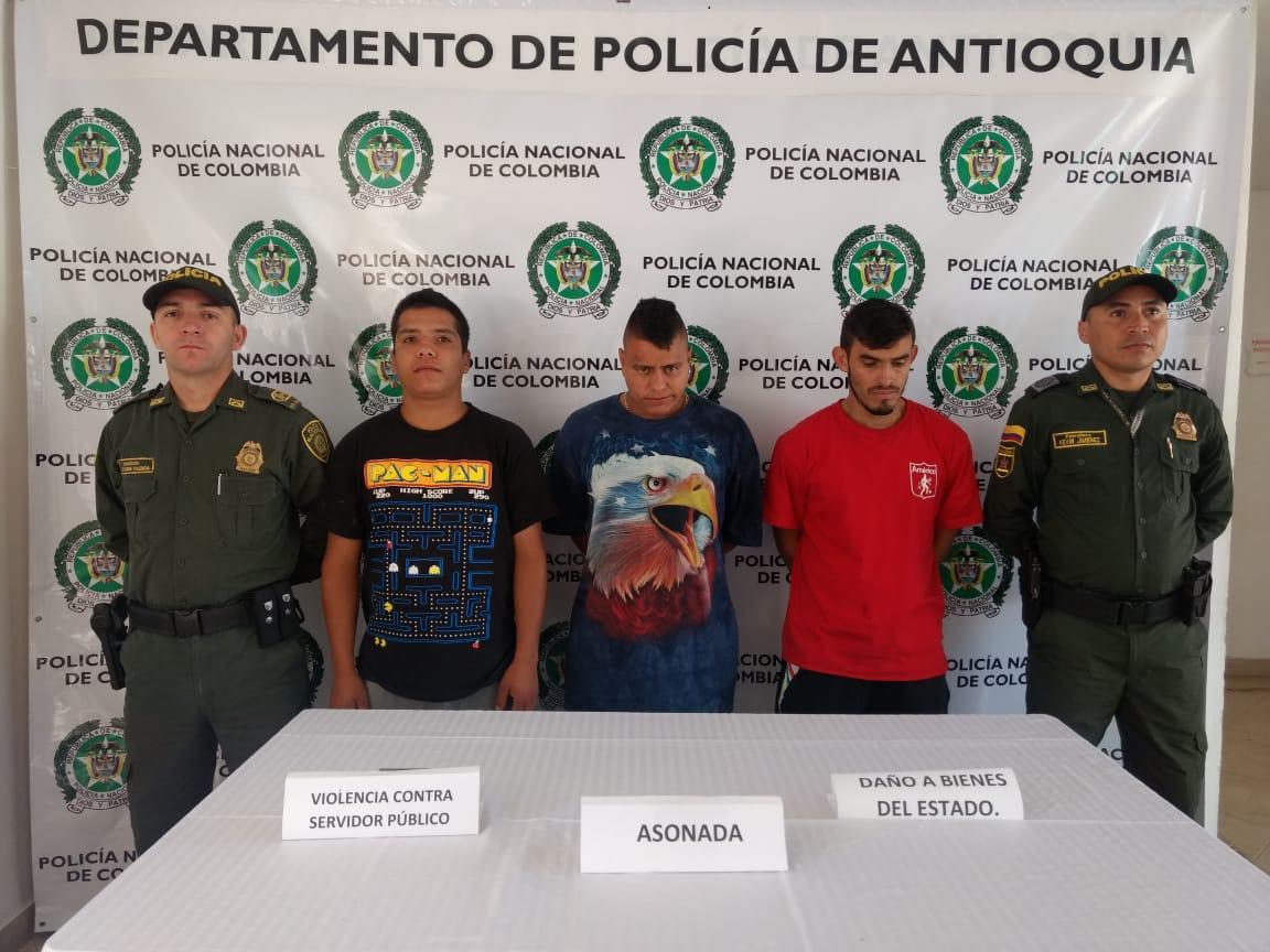 Asonada contra la Policía en La Ceja, Antioquia, deja varios uniformados heridos, una patrulla dañada y varios capturados