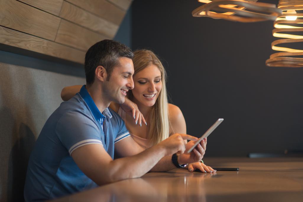 Una pareja ve contenidos en Internet en una tablet