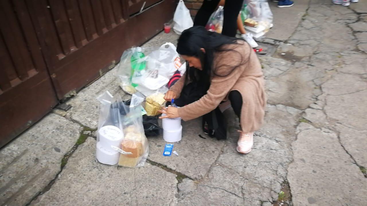 Mujer alistando mercado para su esposo, detenido en URI Puente Aranda