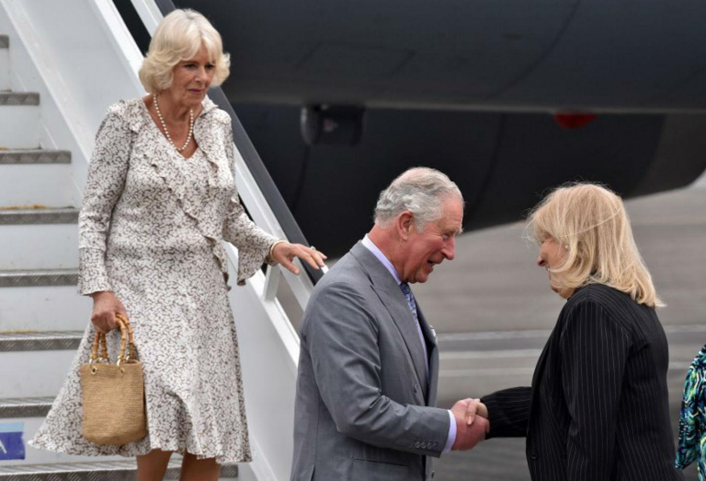 El Príncipe Carlos y Camila fueron recibidos en Cuba por la vicecanciller Ana Teresita González.