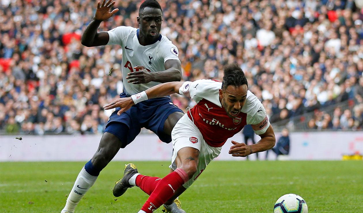 Dávinson Sánchez presiona a Pierre Emerick Aubameyang en el partido Totenham Vs. Arsenal en la Premier League