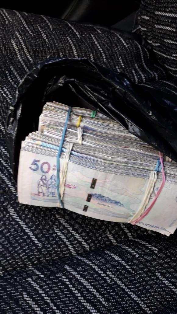 Dinero hallado en el interior del taxi.