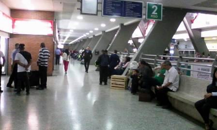 Pasajeros varados en la terminal de Cali.