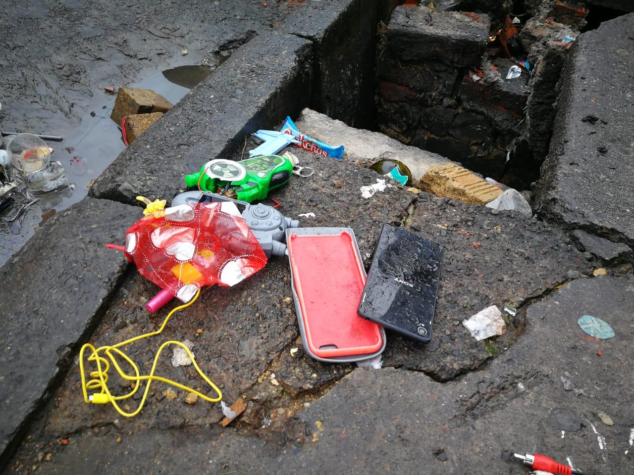 Hasta celulares se encuentran en las alcantarillas bogotanas