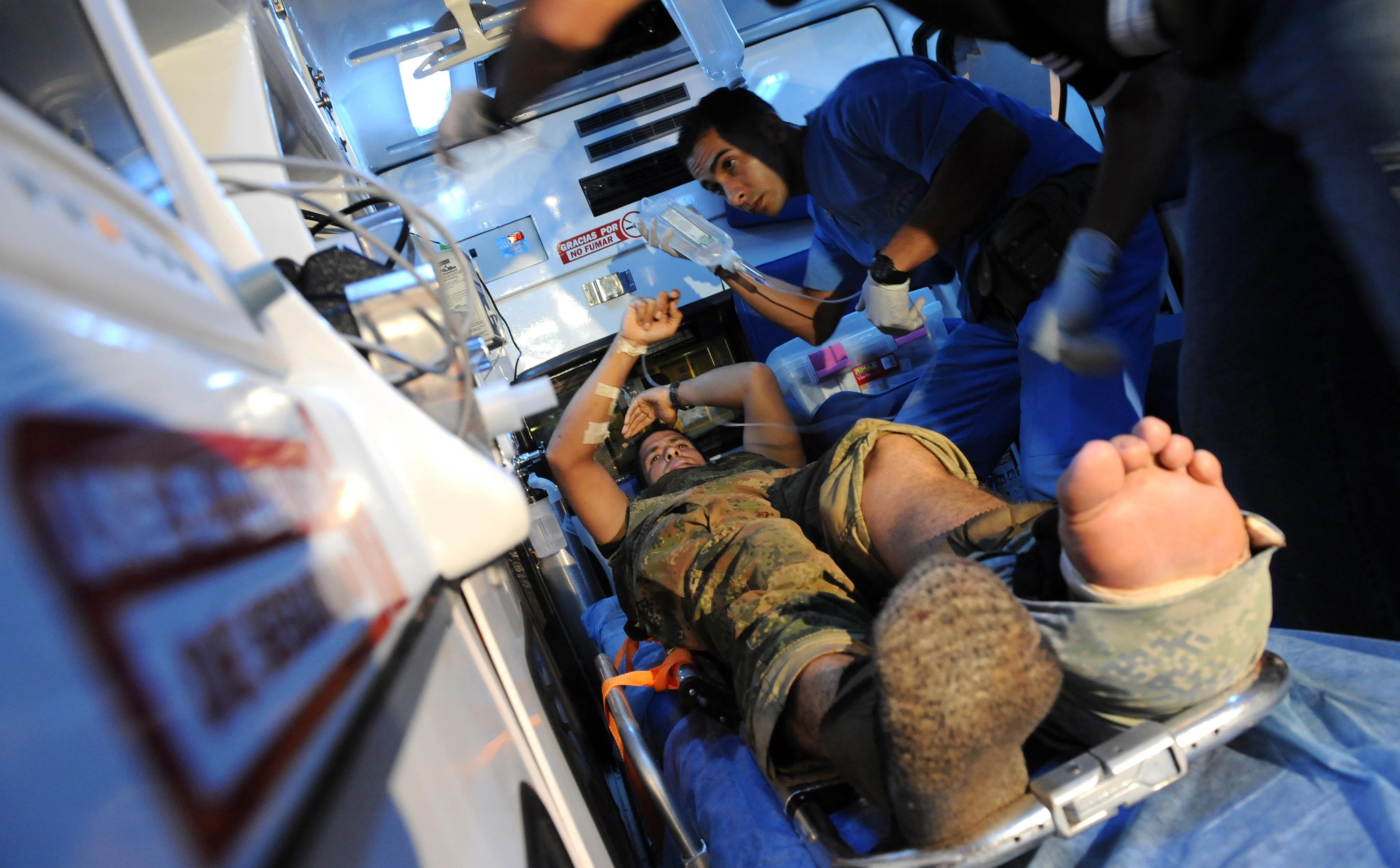 Soldado es atendido por médicos, después de caer en campo minado