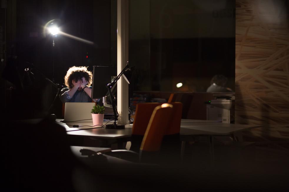 Una persona experimenta un cuadro de ansiedad y estrés debido a su carga laboral