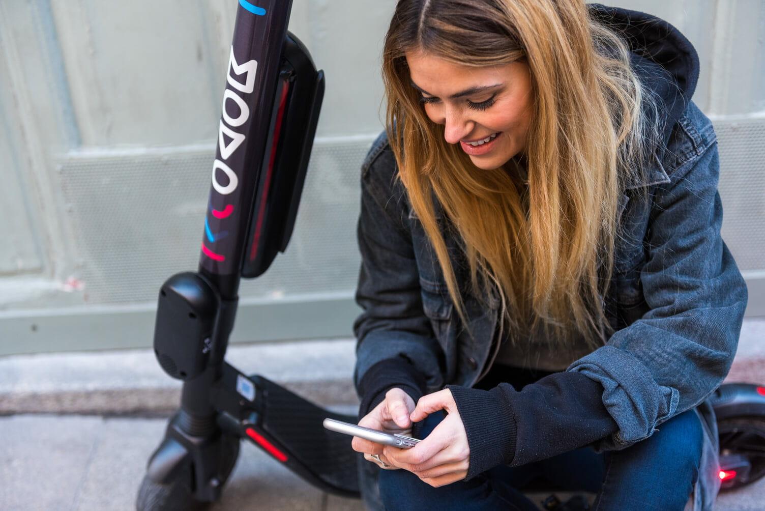 Una joven apunto de usar el servicio de patineta eléctrica en Bogotá
