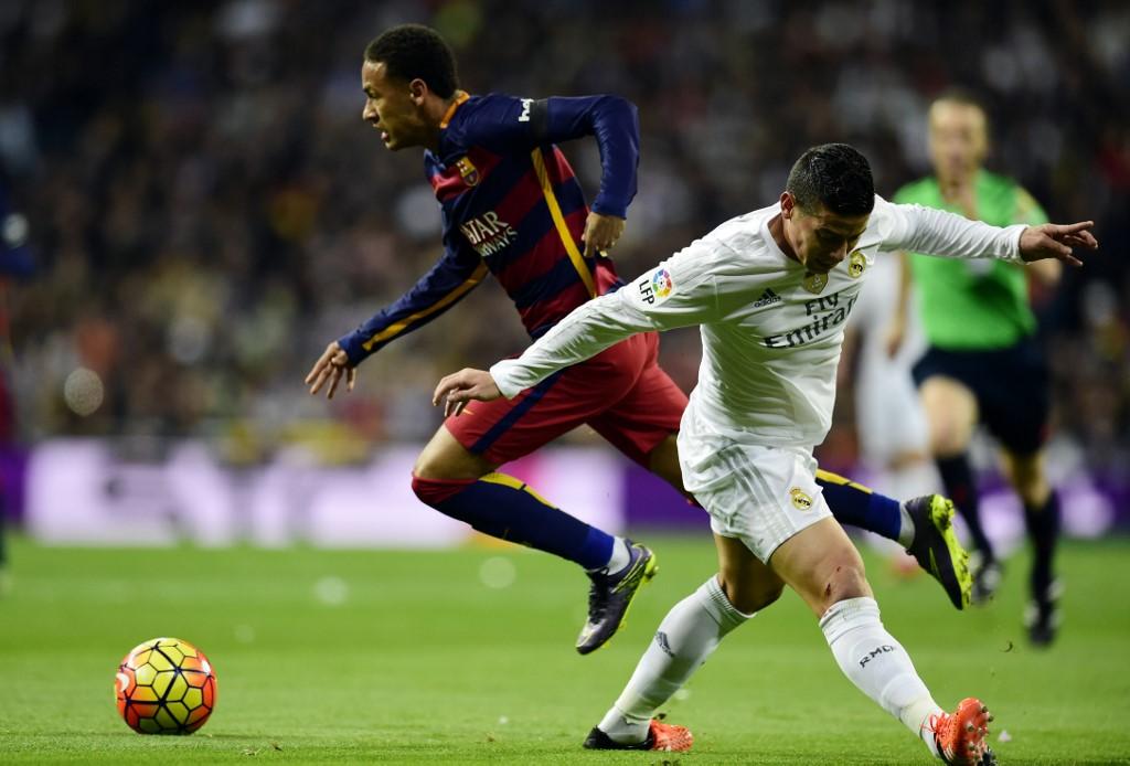 Neymar y James Rodríguez en un clásico Barcelona vs Real Madrid