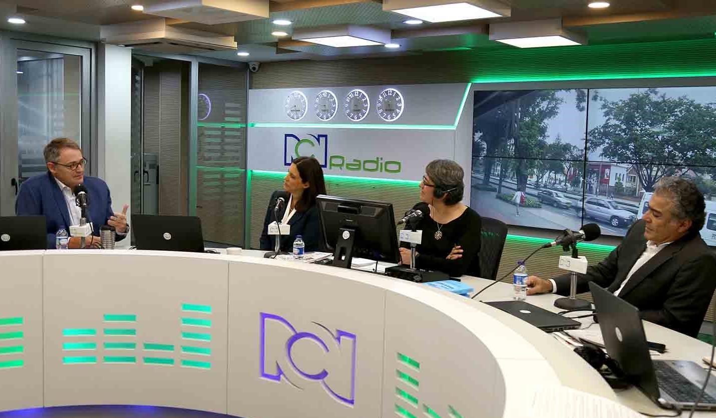 Empresarios David Bojanini (d), Óscar Cabrera (i) y Sylvia Escovar, en RCN Radio
