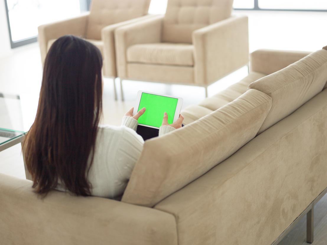 Una joven atiende una lección en su tablet
