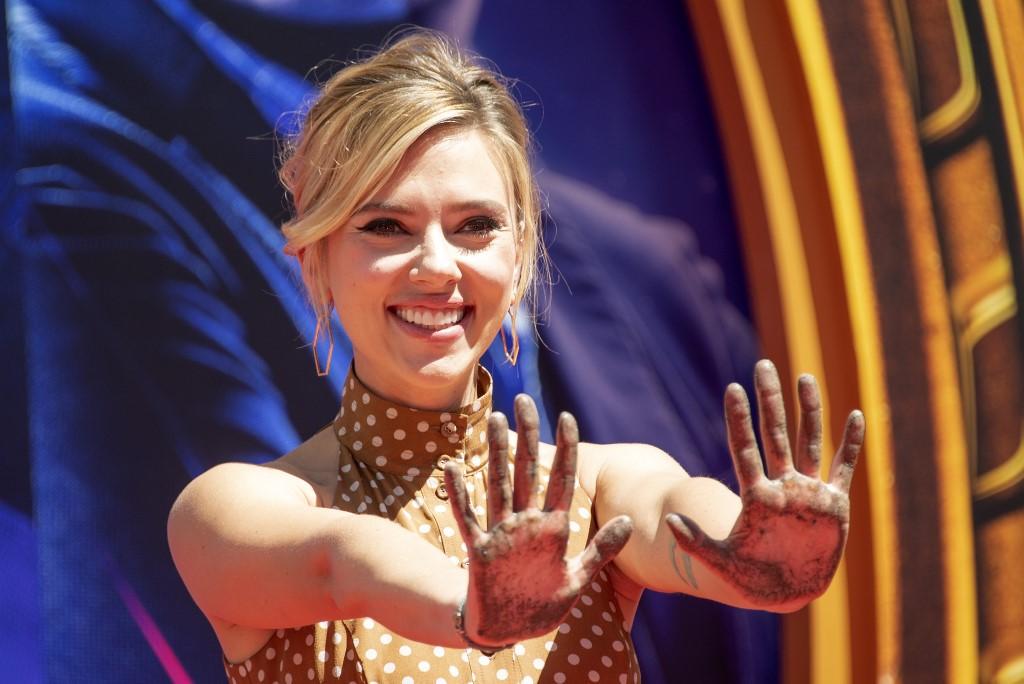 Scarlett Johansson se casa con el cómico Colin Jost   RCN Radio