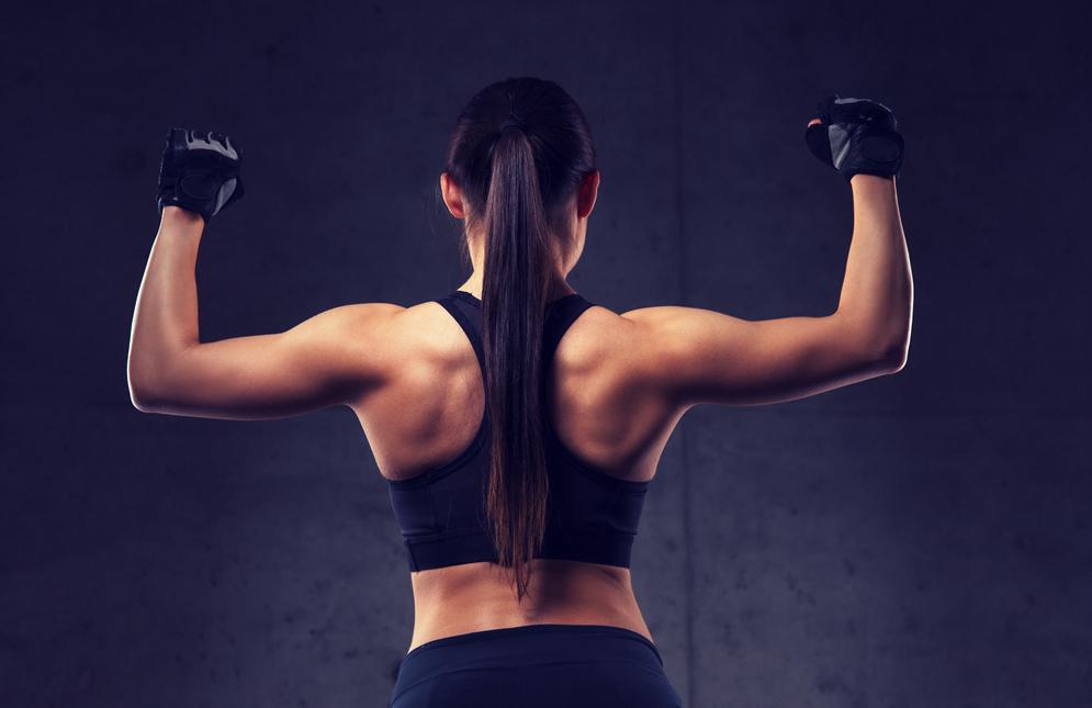 Una mujer muestra los resultados de su tiempo en el gimnasio