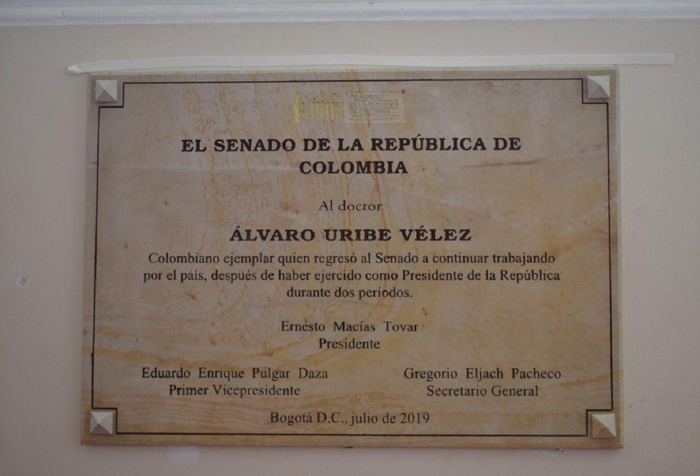 Placa en honor a Álvaro Uribe Vélez