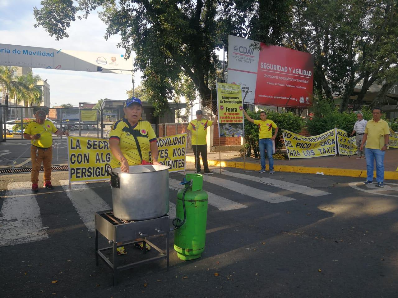 Taxistas protestan en Cali.