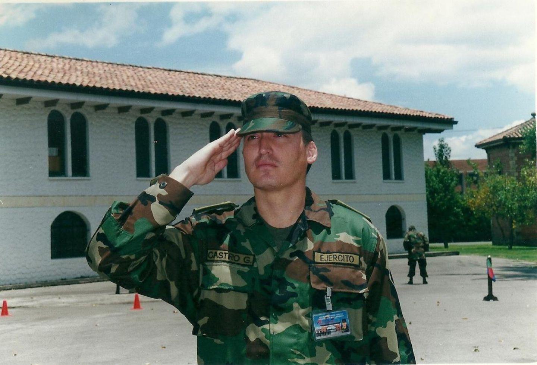 Santiago Castro como oficial de la reserva