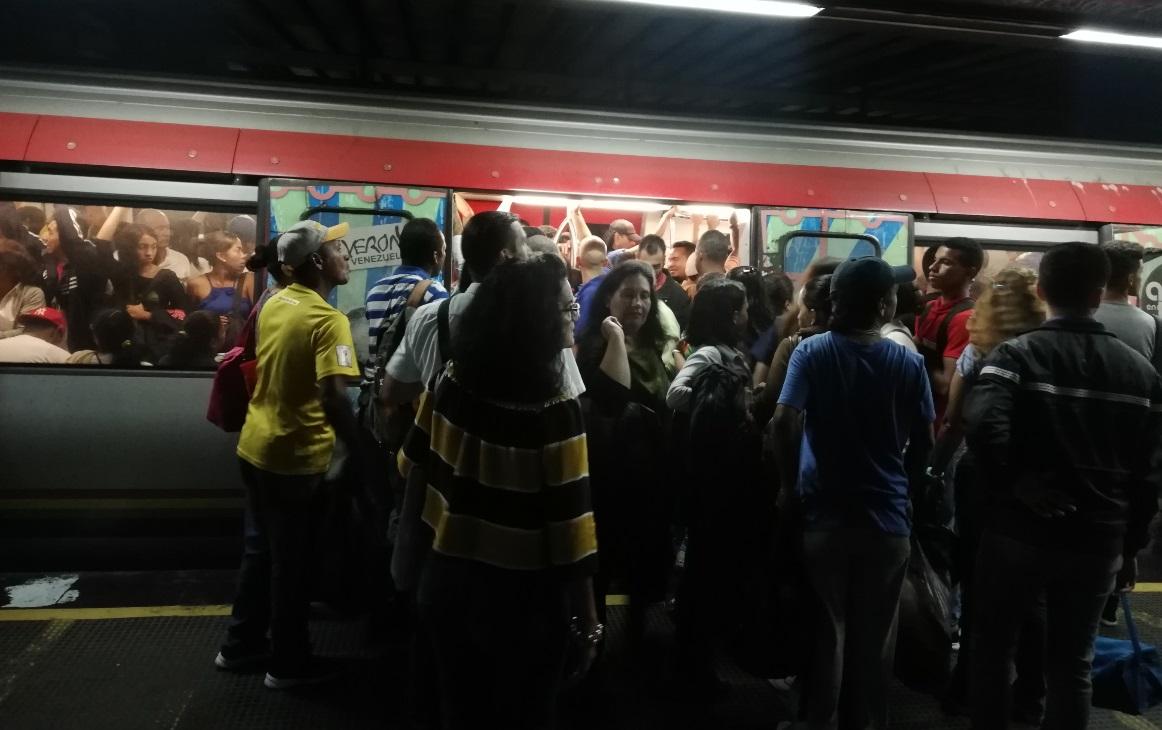 Como en latas de sardinas viajan los usuarios en el Metro de Caracas