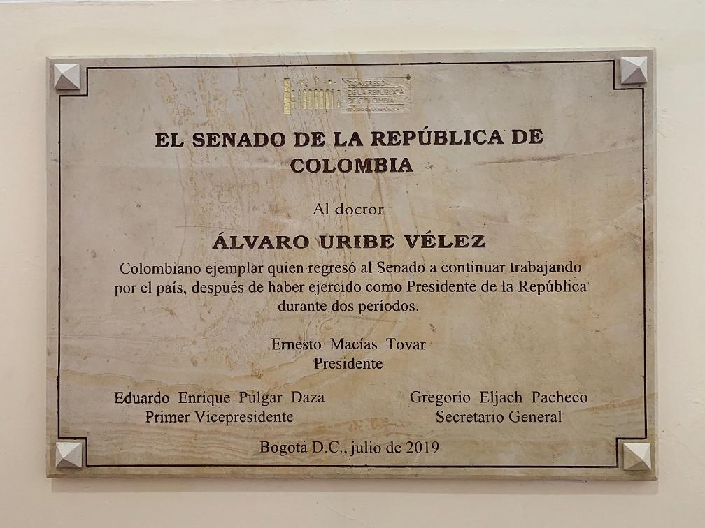 Placa 01 Álvaro Uribe Vélez