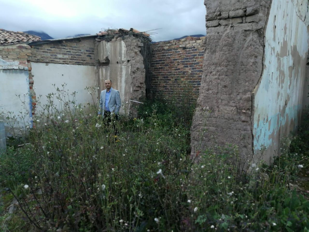 Rafael Betancur Zafra, en la casa destruída de Casilda Zafra