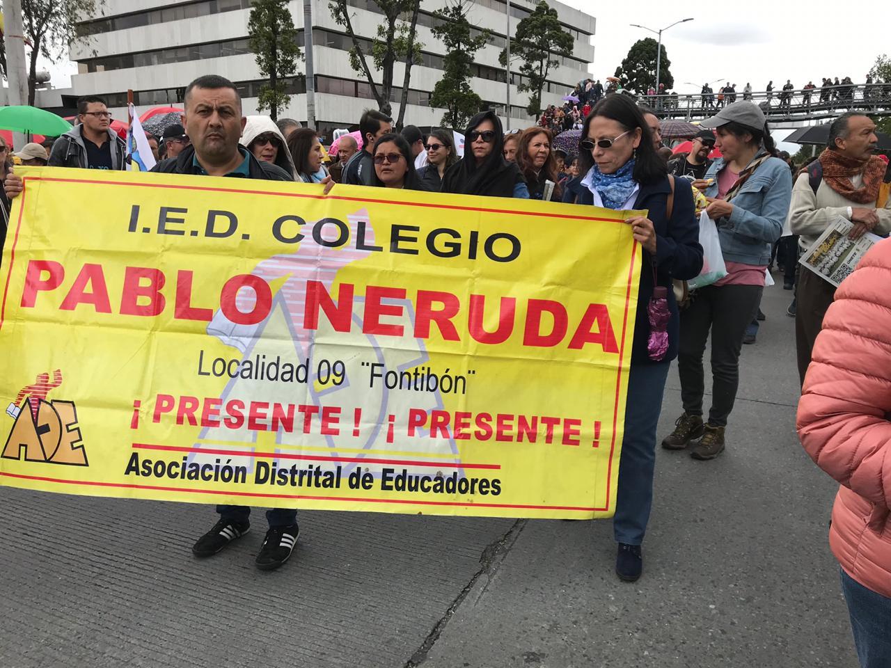 Maestros marchan en la capital colombiana.
