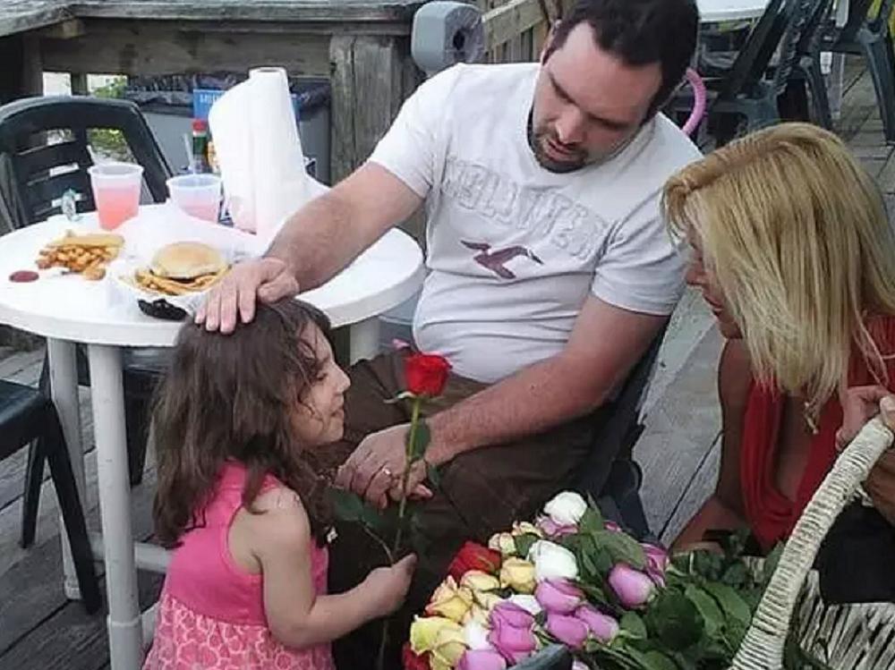 Natalia y sus padrea adoptivos