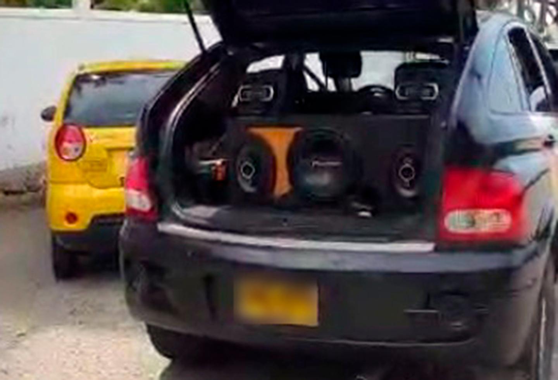 El vehículo en el que Wilman Herrera Imitola, candidato a la Alcaldía de Cartagena, hacía ruido en El Laguito
