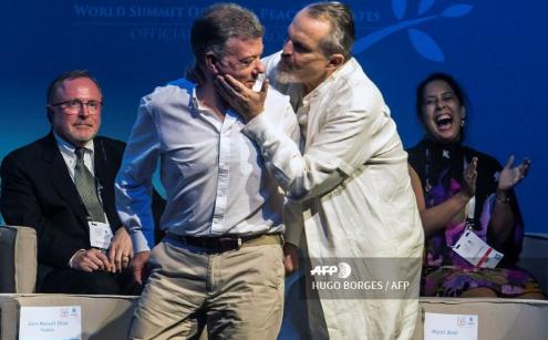 Juan Manuel Santos condecora a Miguel Bosé en la cumbre de los Nobel de Paz