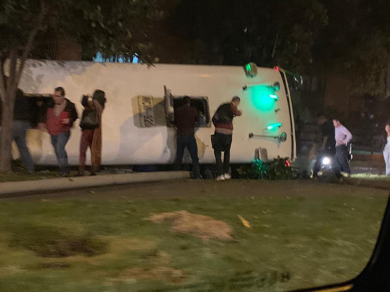 Bus volcado en el norte de Bogotá, sector Niza.
