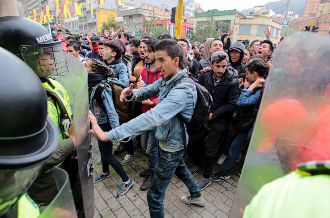 Manifestantes en contra de Álvaro Uribe.