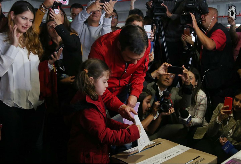 Carlos Fernando Galán votando en Unicentro