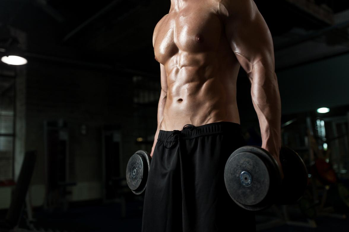 Hombre levantando pesas - Hacer ejercicio