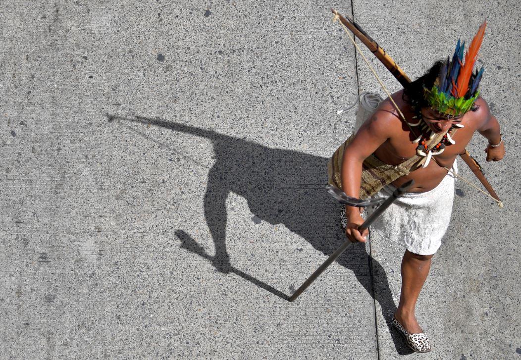 Indígena participando en la marcha del paro nacional.