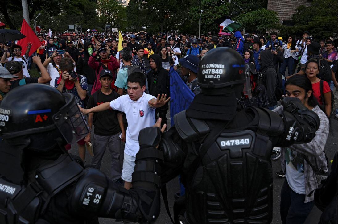 Choques entre manifestantes y la policía antidisturbios.